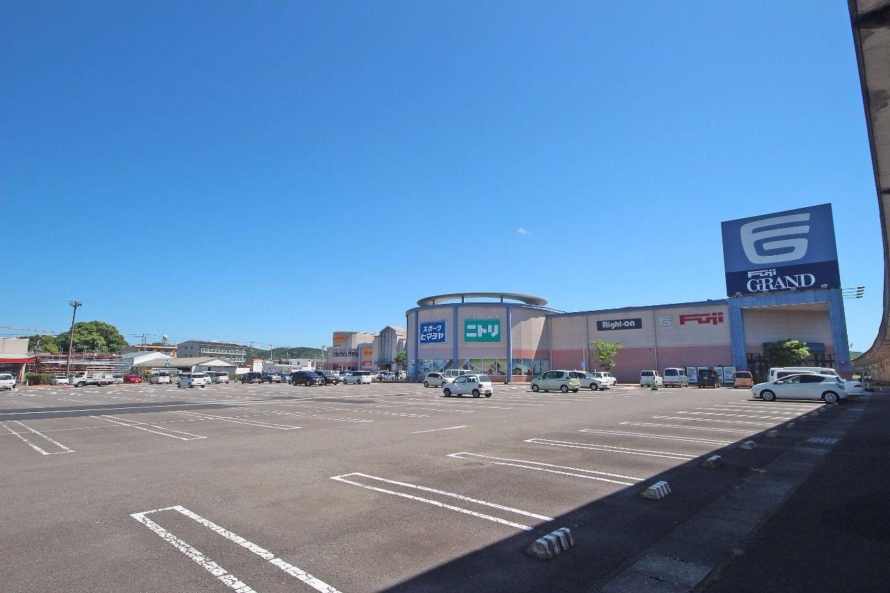 徒歩13分、車で約5分の場所にありますフジグラン四万十店。ニトリもありますので、家具をここで買うのもありかも・・?