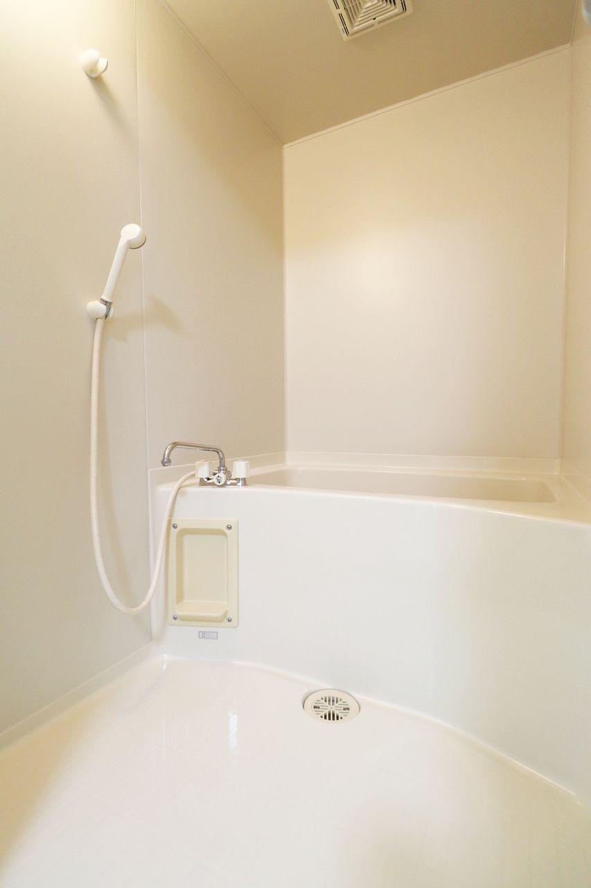 洋室の横には浴室があります。夏場での外回り、着替えさえあれば職場ですぐに汗を流すことができますよ!
