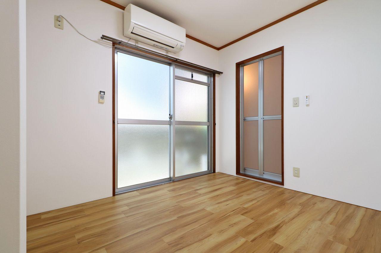 スタッフさんの休憩場所として使える洋室4.5畳。エアコンがしっかり付いているのも嬉しいですよね。