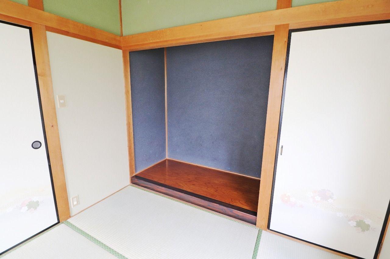 何を置くかでお部屋の雰囲気までガラッと変えてしまう立派な床の間です。試される、あなたのセンス。