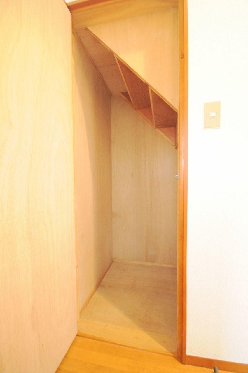あると嬉しい階段下収納。広さも結構あるので、掃除道具などいろいろ入れちゃってください。