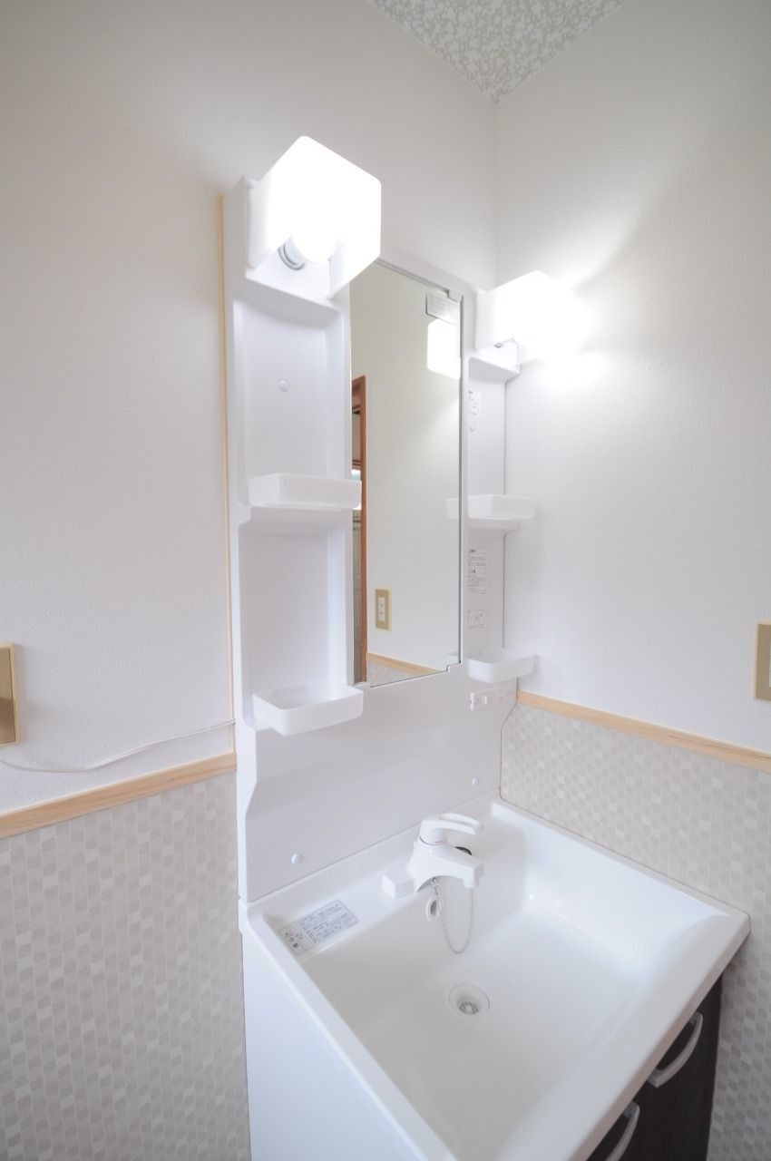 取り換えたばかりの綺麗な洗面台です。たくさん物を置けるのも嬉しいですね。