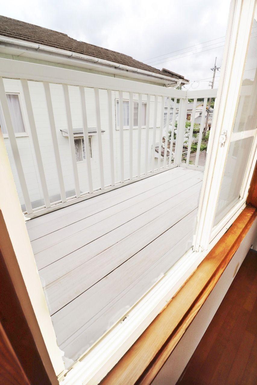 2階に上がってすぐの白いバルコニー、南側にあるので洗濯物の乾きもばっちりです。