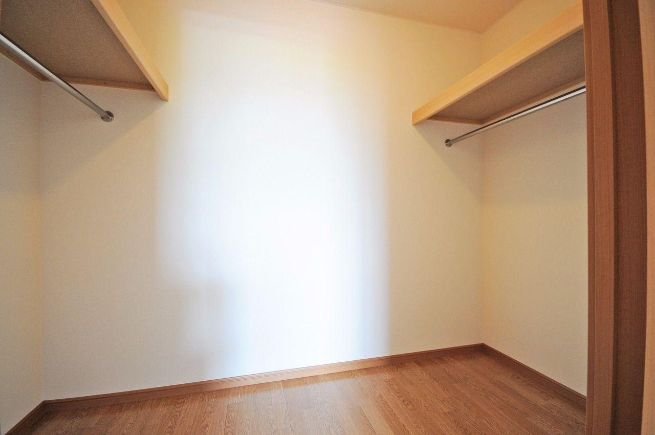 1階洋室に広々としたウォークインクローゼットがあります。洋服好きの方、荷物の多い方に!