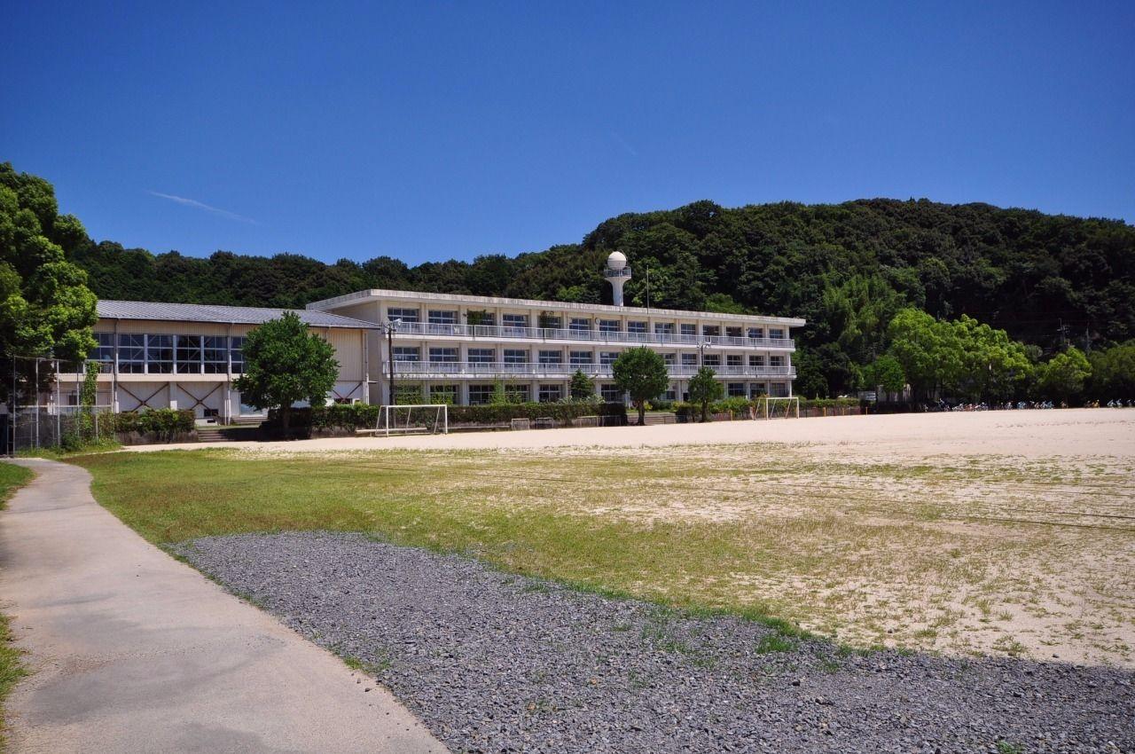 校区は中村南小学校。徒歩14分の距離。広い校庭が自慢です。