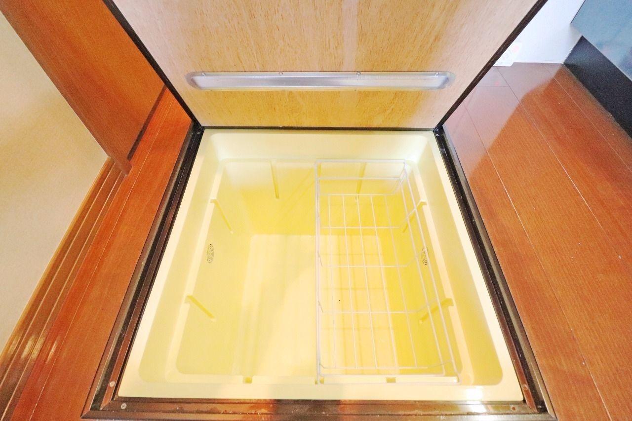 1階の特権、床下収納です。お野菜や非常食、ワインがお好きな方は保存場所としてお使いください。