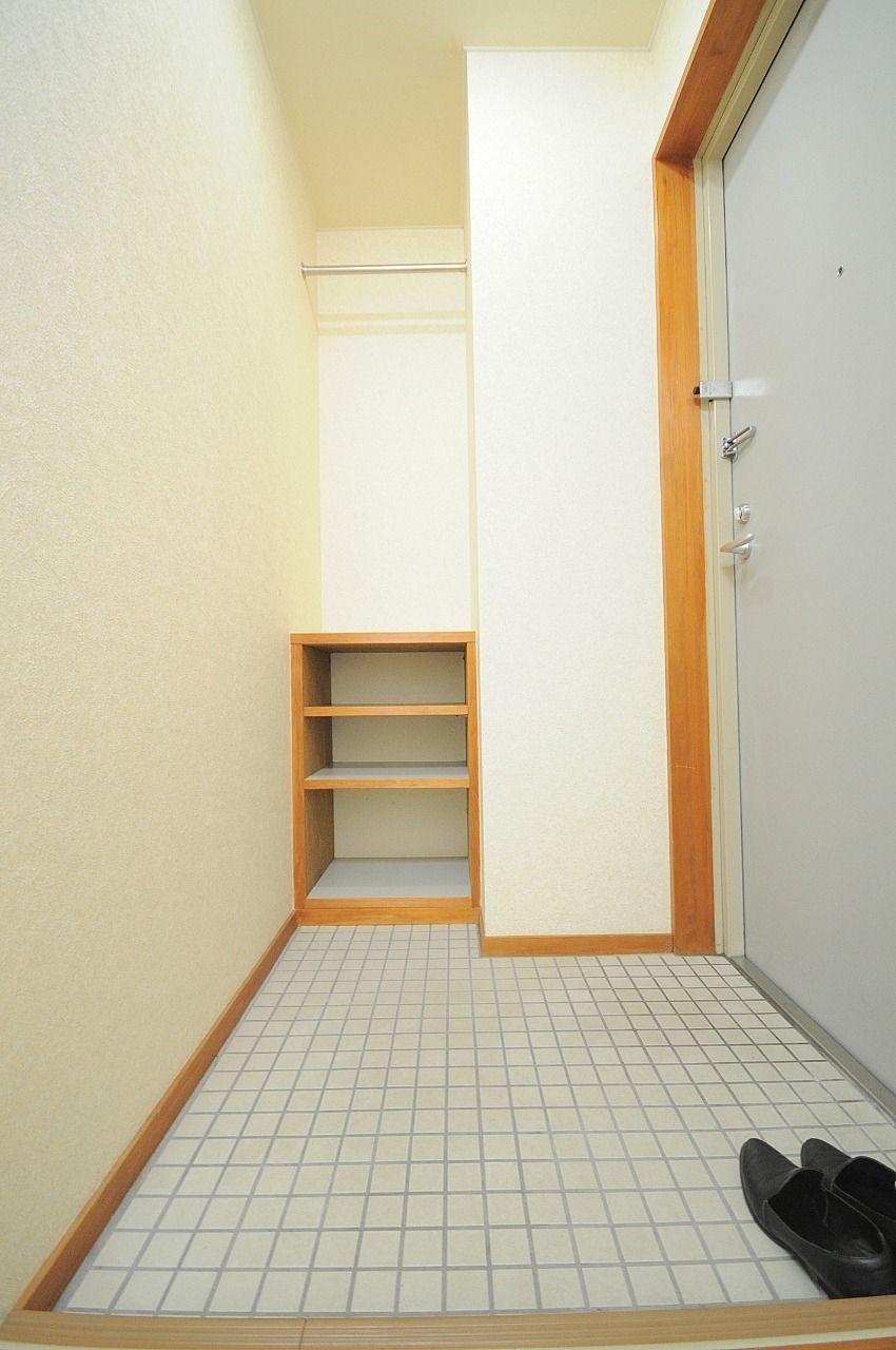 下駄箱は玄関を開けても見えません。上にはカッパを掛けたりすると良さそうですね!
