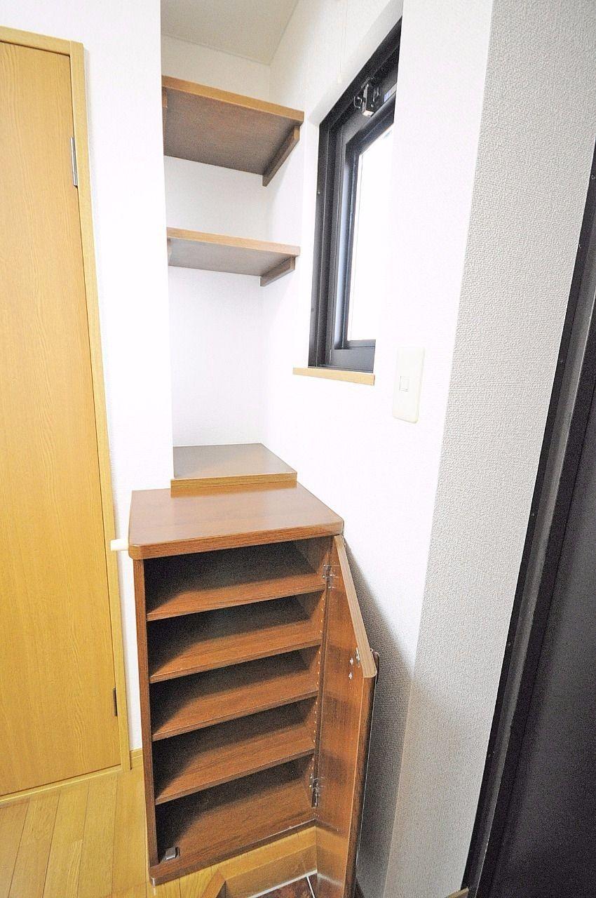 小さいですが、シューズボックスが付いています。棚も付いていて、鍵や小物を置くこともできます。
