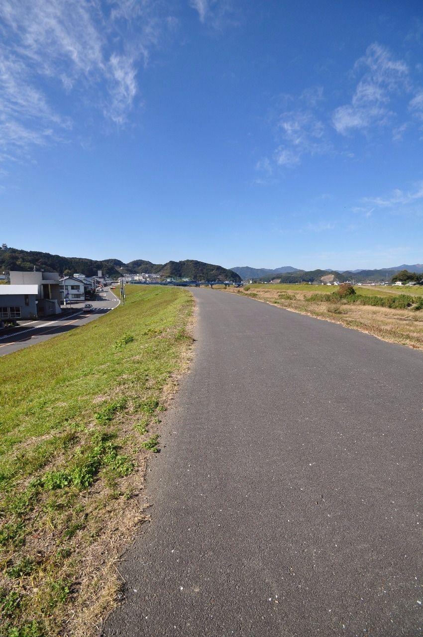 すぐ側には堤防。後川を眺めながらのお散歩コースにしてみてはいかがでしょうか?小・中学生のマラソン大会もここで観覧可能です!