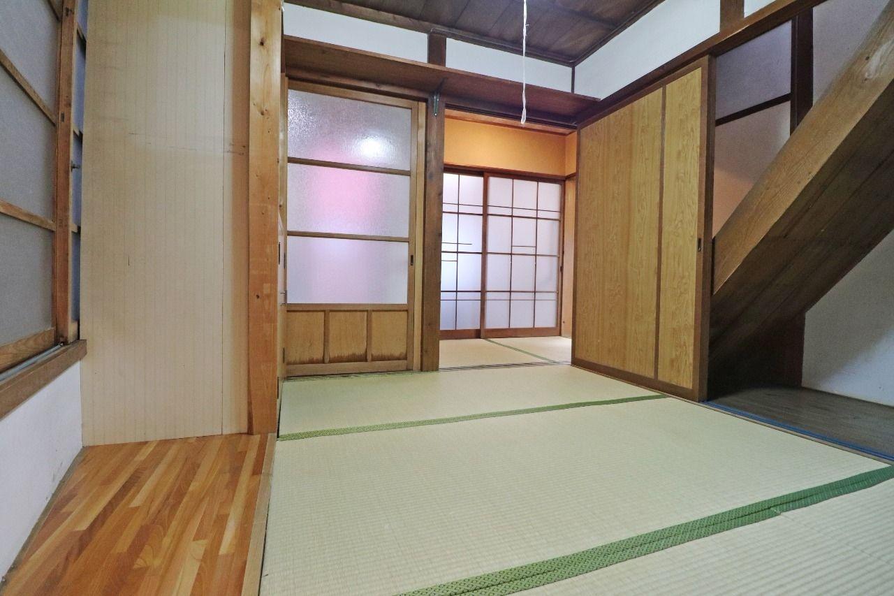 階段下には収納もあり、それぞれの和室の吊り照明もレトロな雰囲気をより強めてます。