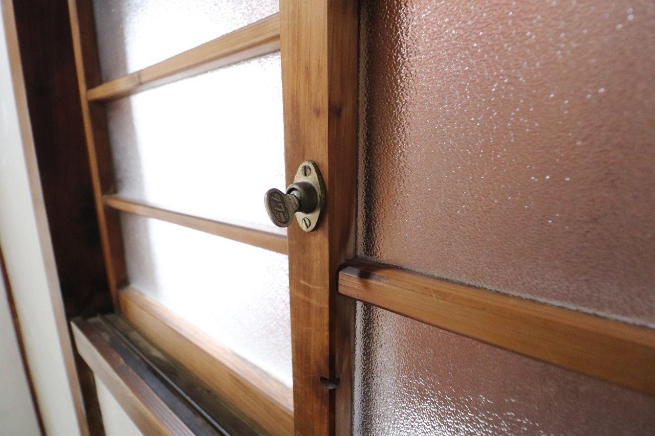 真鍮の鍵を挿してクルクルキュッと締める昔の鍵、住まいの安全は 心のゆるみをキュッと締めることから始まります。