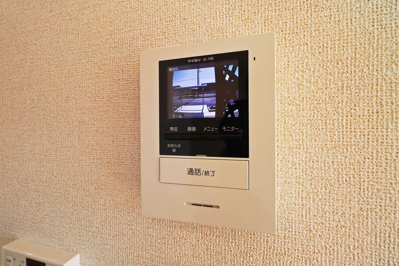 防犯対策として活躍してくれるカラーモニターホン。突然の来訪者も玄関へ出ずに確認できます。