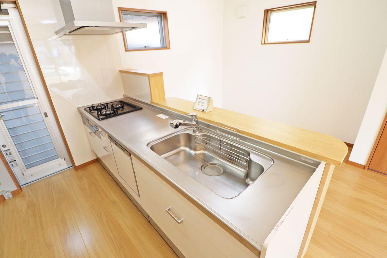 広々としたキッチン!食洗機付き、3口ガスコンロ付きです。収納も多く、お料理好きの方に喜ばれると思います。