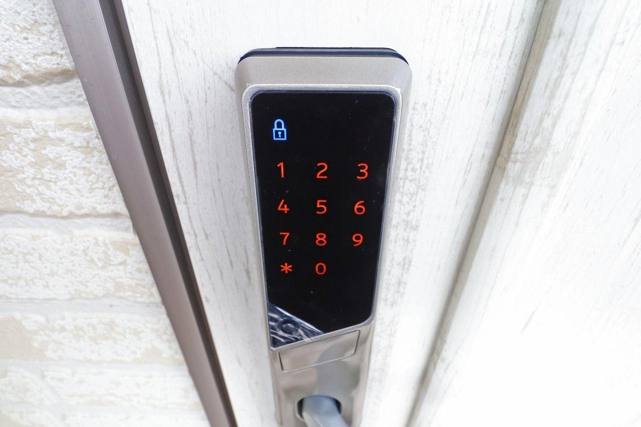 玄関錠は暗証番号式になっています。鍵を無くす心配はありませんが、暗証番号を忘れる心配があるので、その点だけはご注意を!