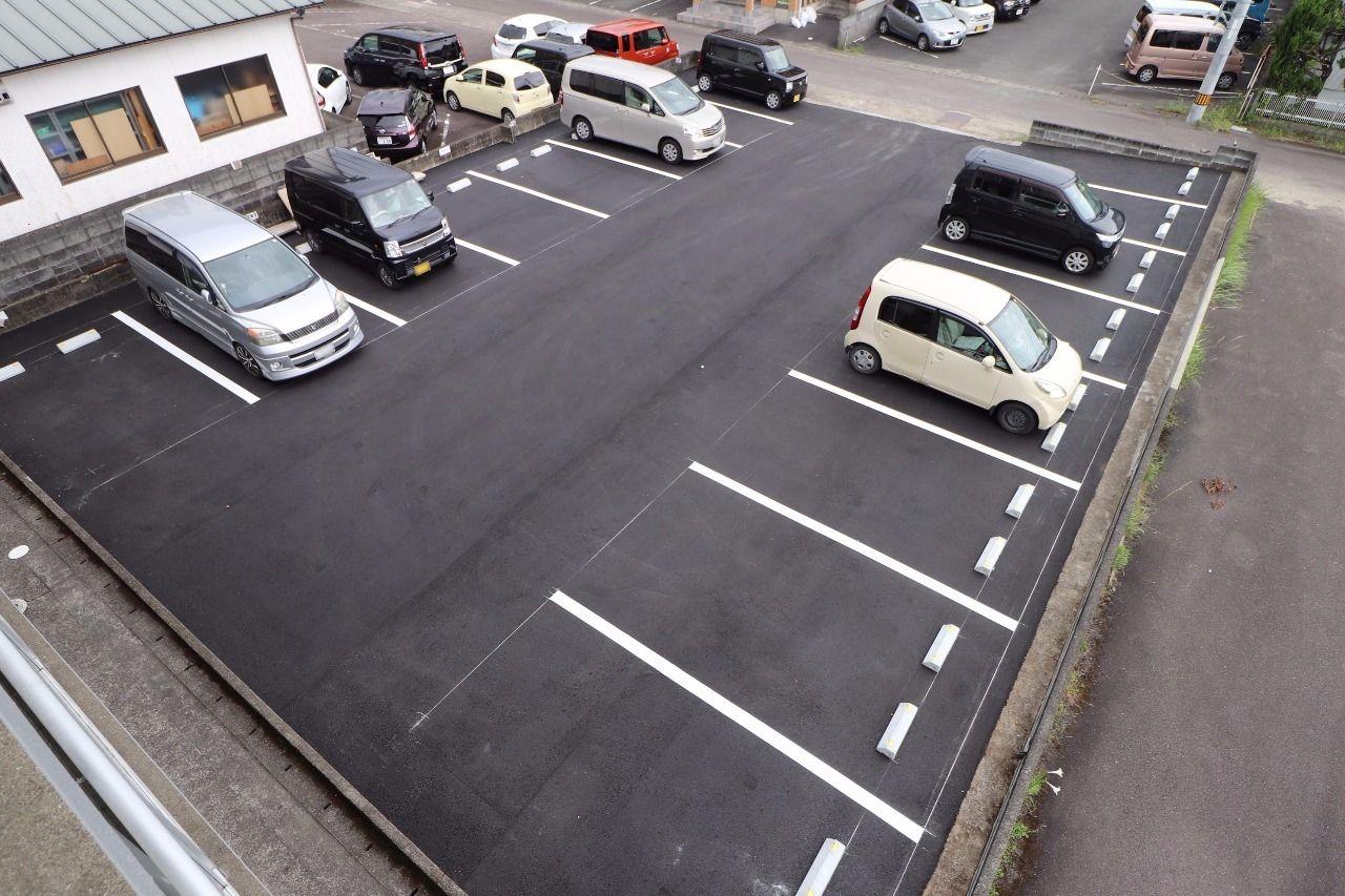 アスファルト舗装工事を行いました。車が大切な人には喜んでいただける駐車場です。