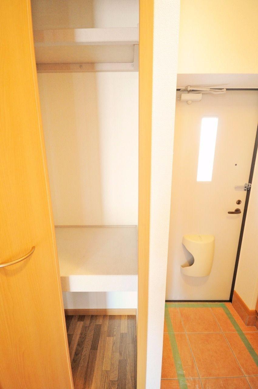 玄関収納として使ってもよし、DKからトイレや脱衣所への導線でもあるので、タオルなどを置いてもいいですよね。