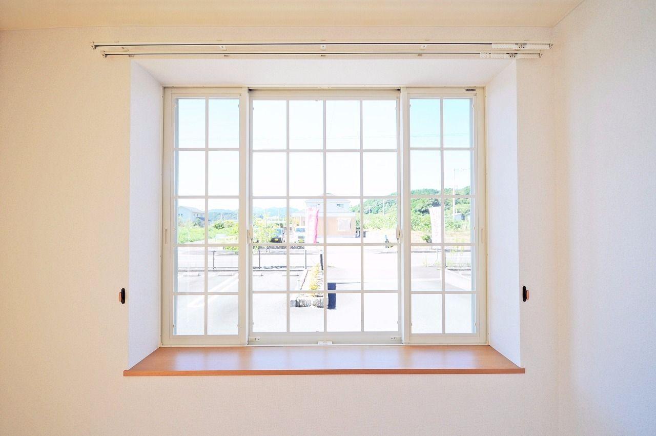 出窓があるとグッと部屋がオシャレになりますよね。白いサッシも雰囲気を上品にしていると思います。