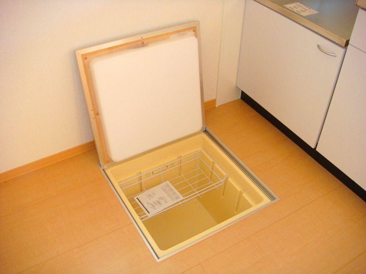 一階の特権!床下収納付きです♪食品であれば乾物や缶詰、瓶詰などで、多少の気温差があっても保存に問題ない物をしまうことがおすすめです。