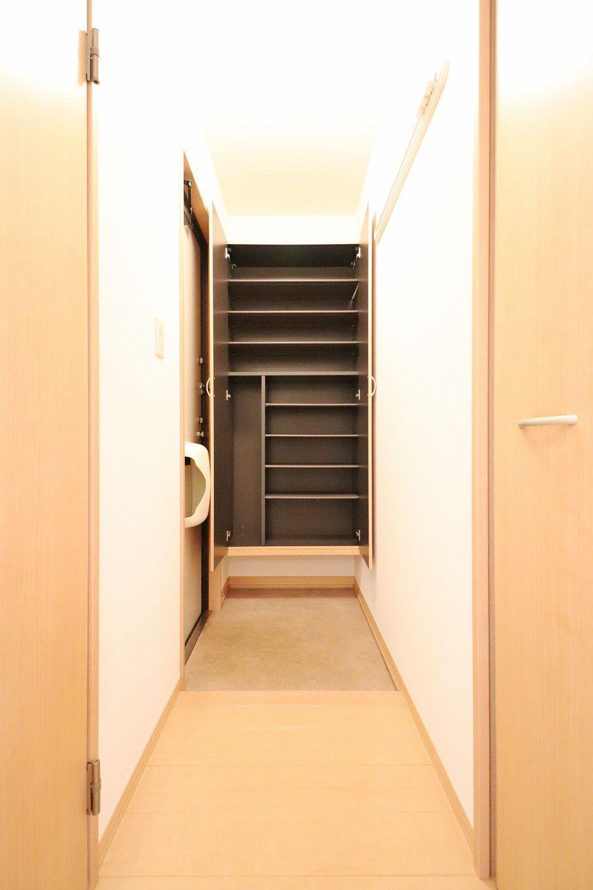 玄関には大容量のシューズボックスが装備されています。傘も収納できる優れもの!玄関がごちゃごちゃしません。