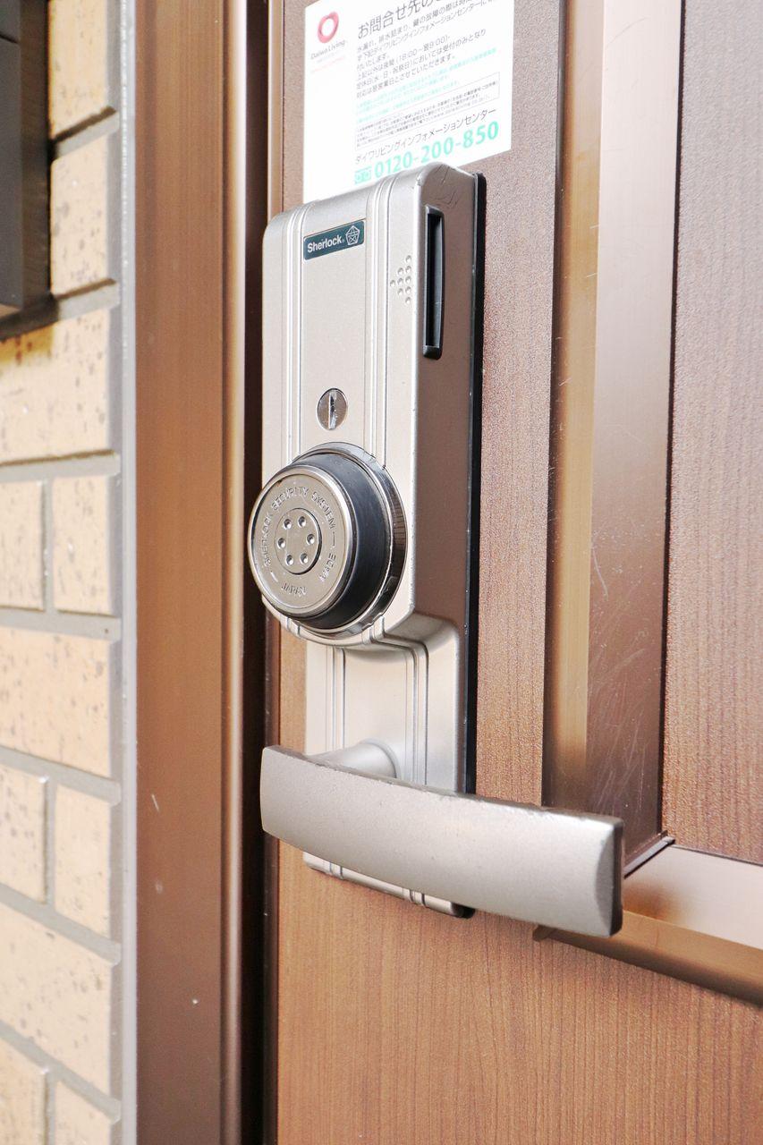 玄関錠はカードを差し込んで丸い部分を回して開閉錠します。内側はダブルロックになっています。