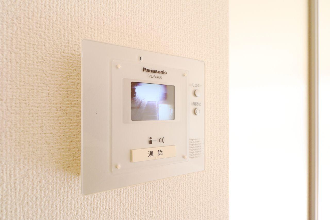 来訪者を確認できるモニターホンが付いています!人気設備の1つで防犯面で役立ちます。