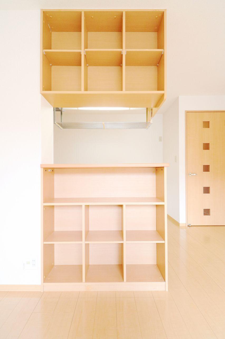 カウンターキッチンのリビング側には棚が付いていて、小物や本などが置けます。人気のカウンターキッチンがワンランクアップしています。