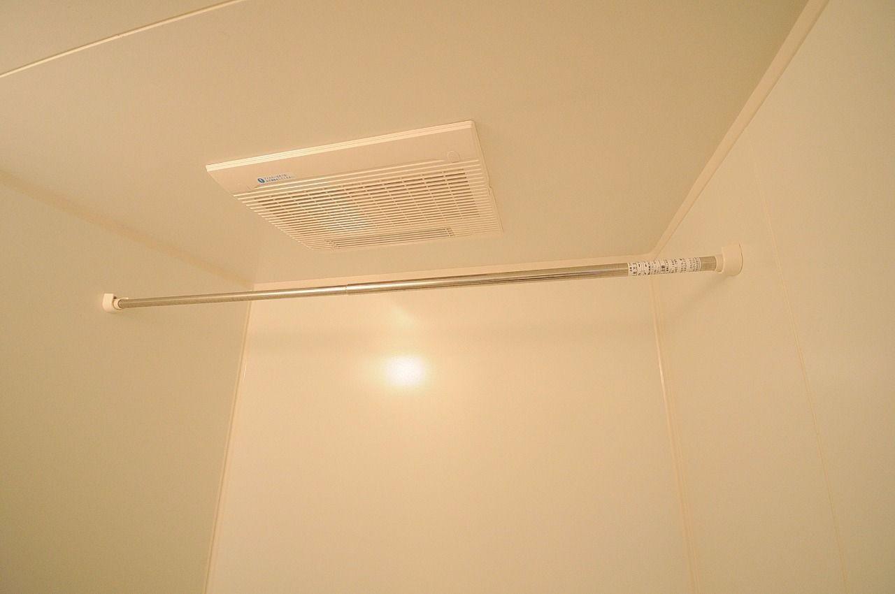 お風呂には浴室乾燥機が付いています。雨の日に重宝する優れもの!