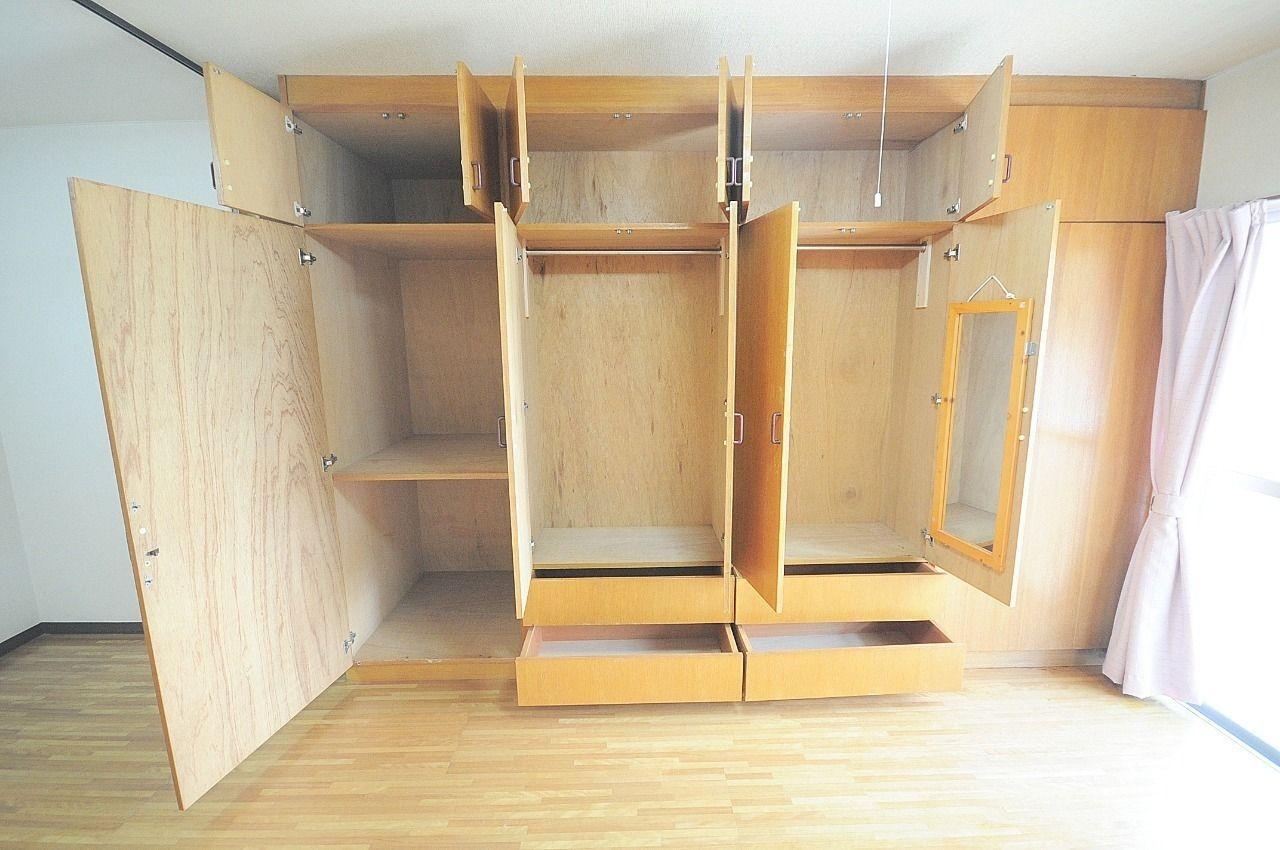 一人暮らしには十分の収納スペースです!鏡も付いているので、お出かけ前のチェックも出来ちゃいます♪