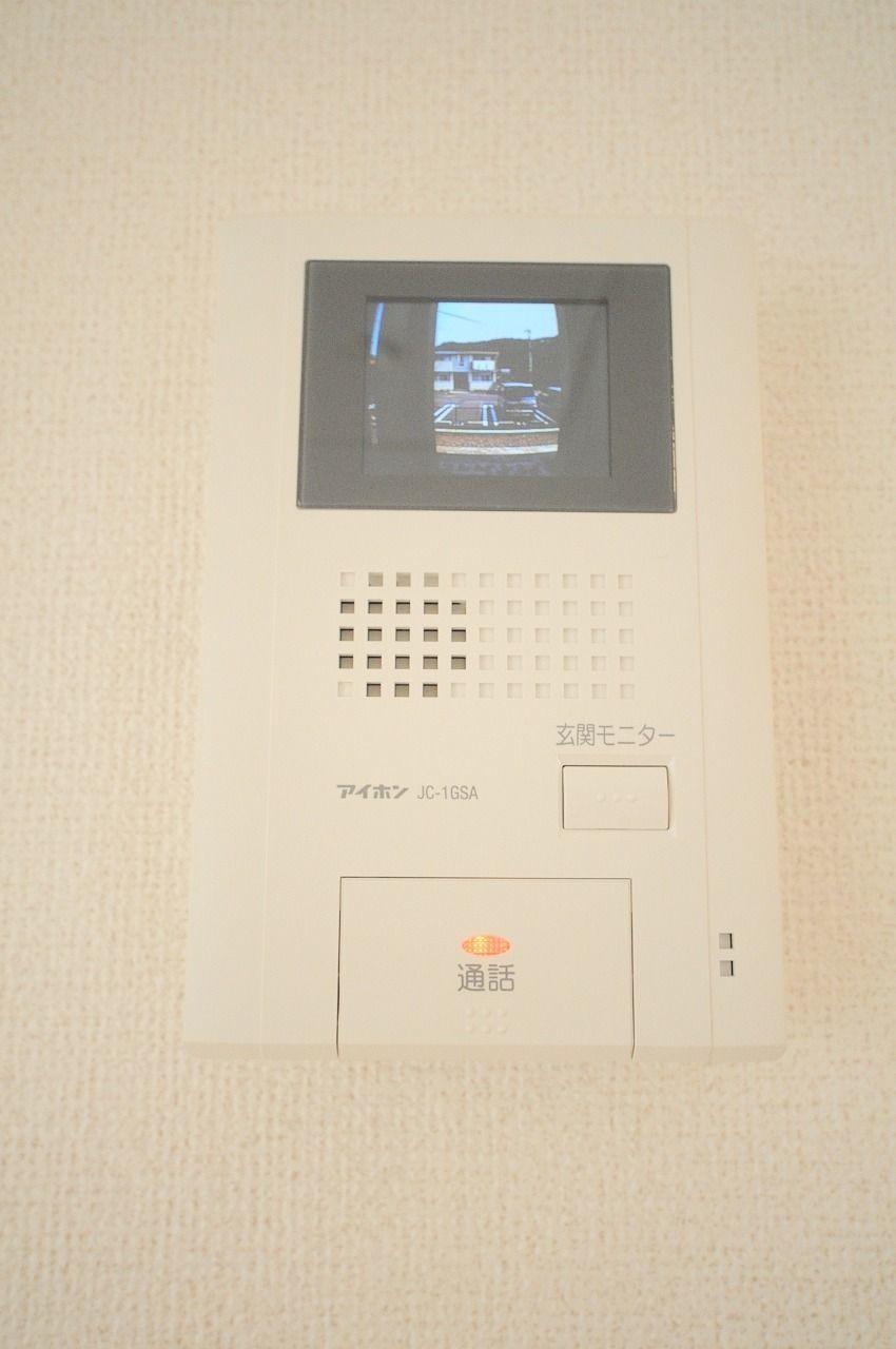 来訪者をカラー映像で確認できるモニターホンを装備。