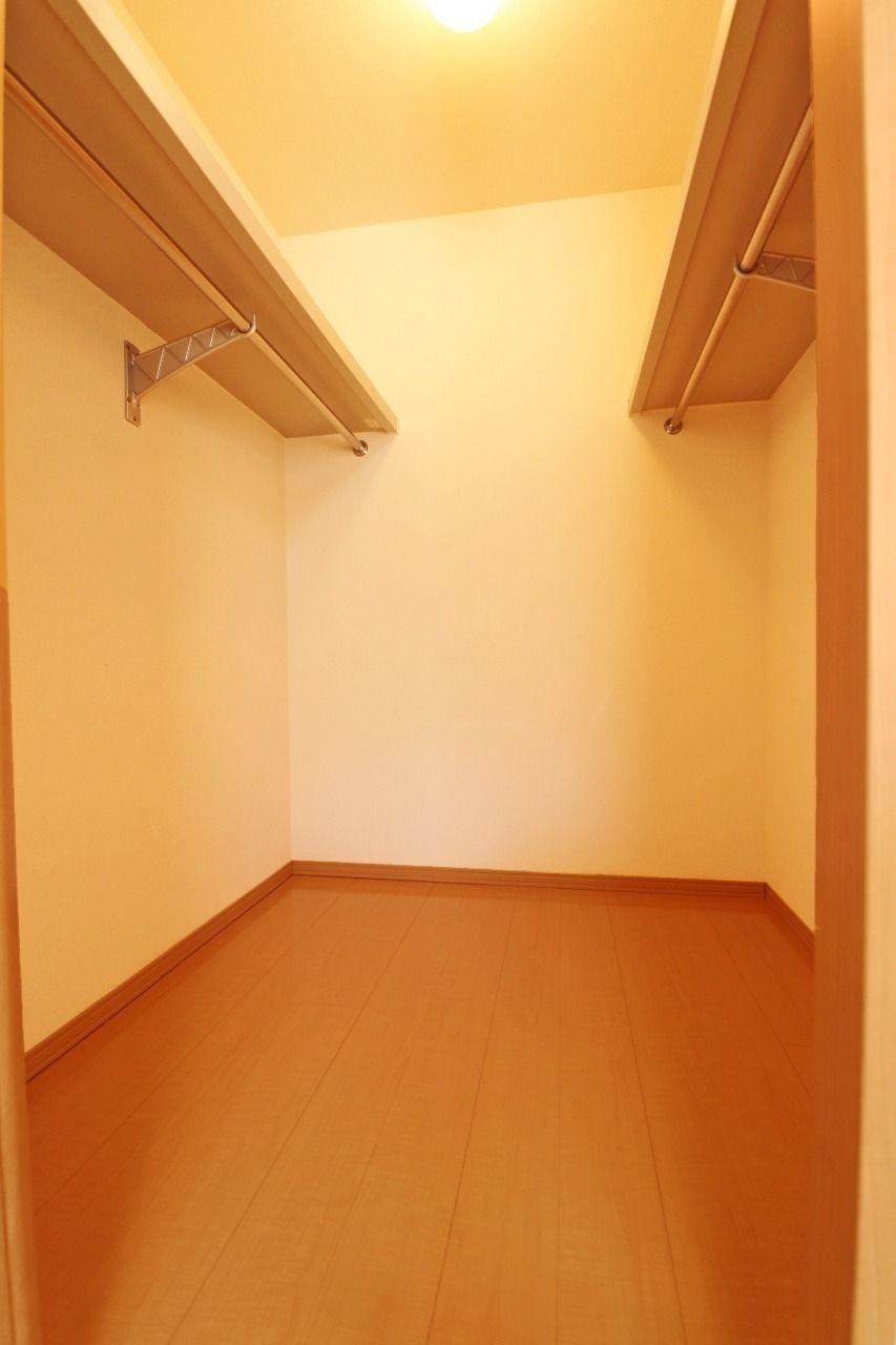 憧れのウォークインクローゼットです。たくさんの服を収納できて、お部屋もスッキリします。