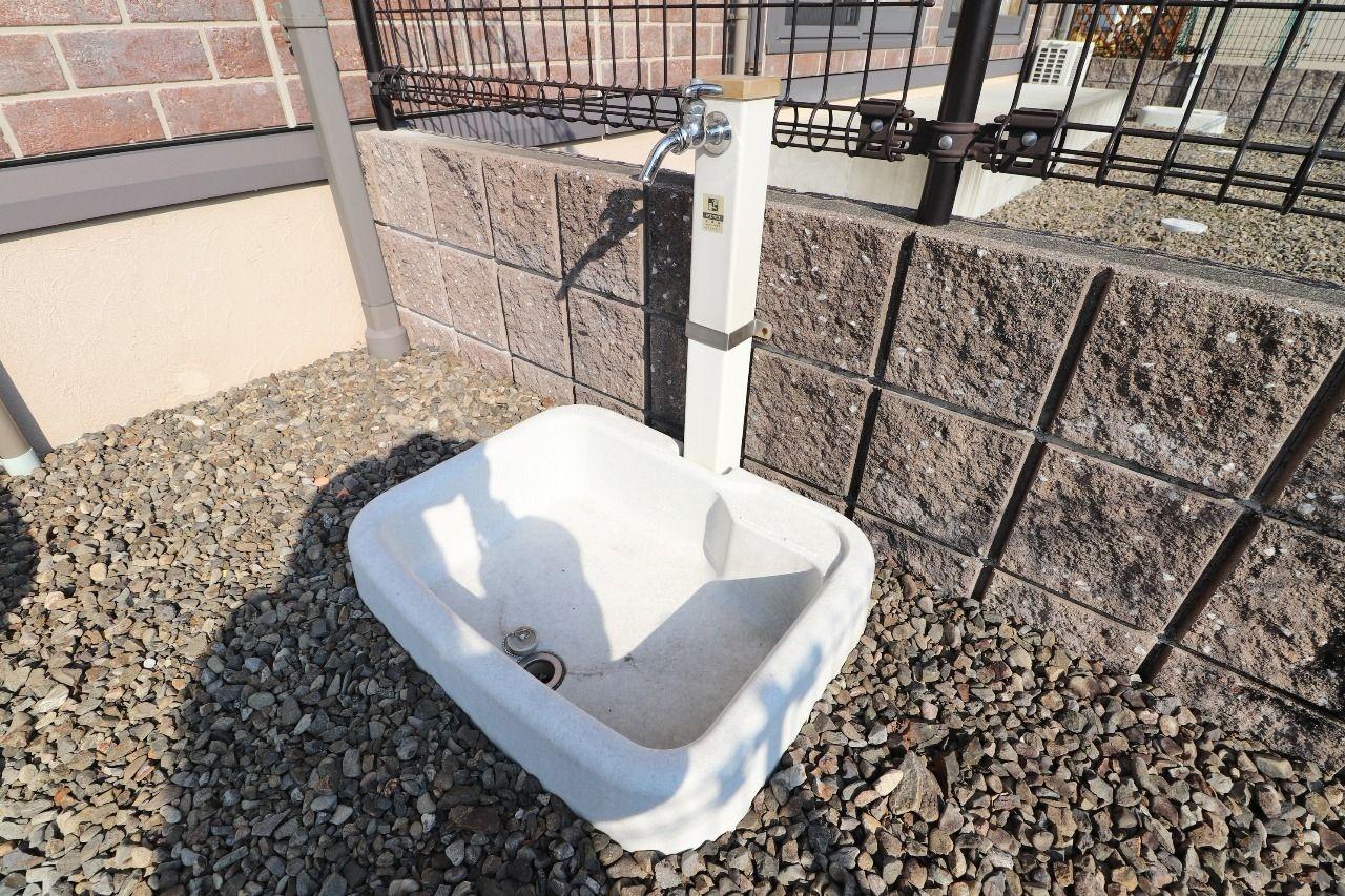 専用庭にはペット用足洗い場があります。庭でお水が使える設備がすぐ近くにあるのは嬉しいですよね。