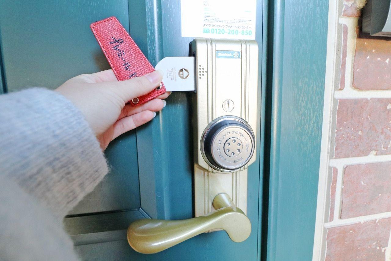 玄関錠はスマートなカードキー。財布に収納できて、ポケットやカバンがかさばりません。