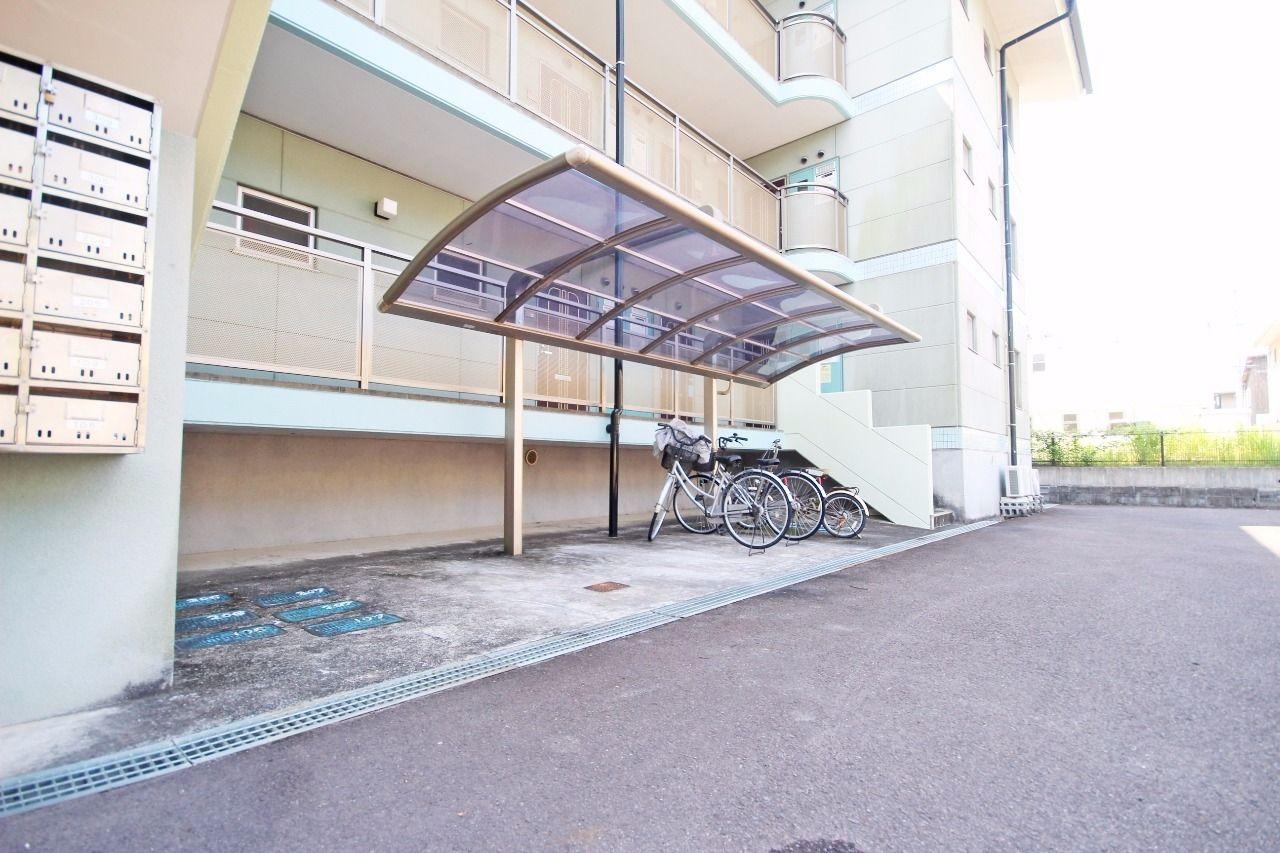 オシャレな屋根付きの駐輪場が2ヶ所。運動や節約の為にも自転車の購入を検討してみてはいかがでしょうか?