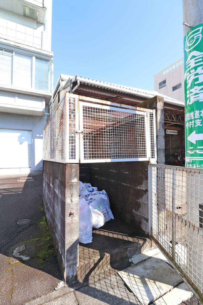 敷地内にゴミステーションがあります。柵で囲まれているので、ネコに荒らされる心配はありません。