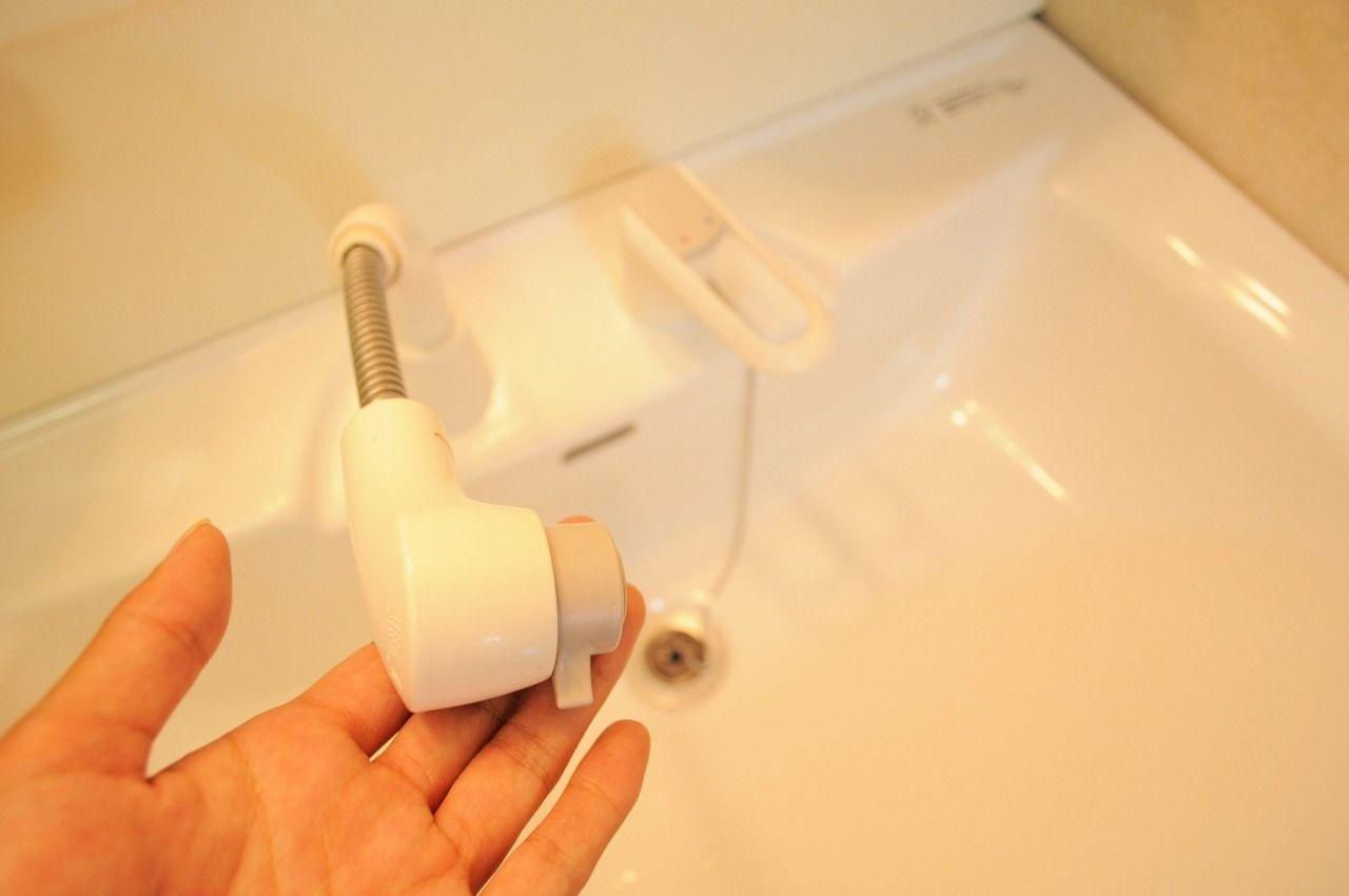 ハンドシャワータイプの洗面台。伸びるタイプなので、ボウルのお掃除や朝の寝癖直しもラクラクです♪