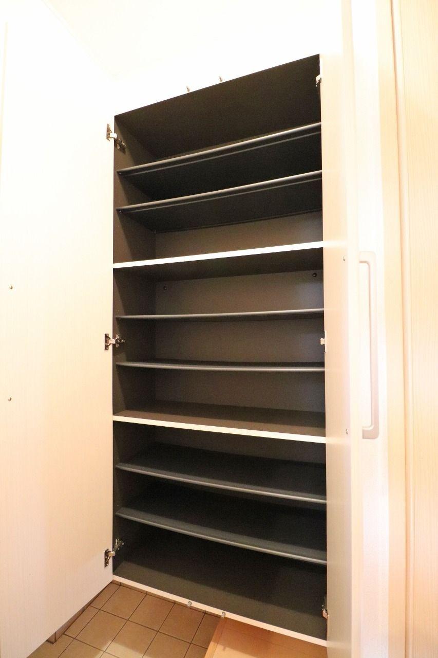 玄関は「おうちの顔」とも呼ばれることもある、重要な場所です。玄関はいつも綺麗に!大容量のシューズボックスがあれば安心ですね。