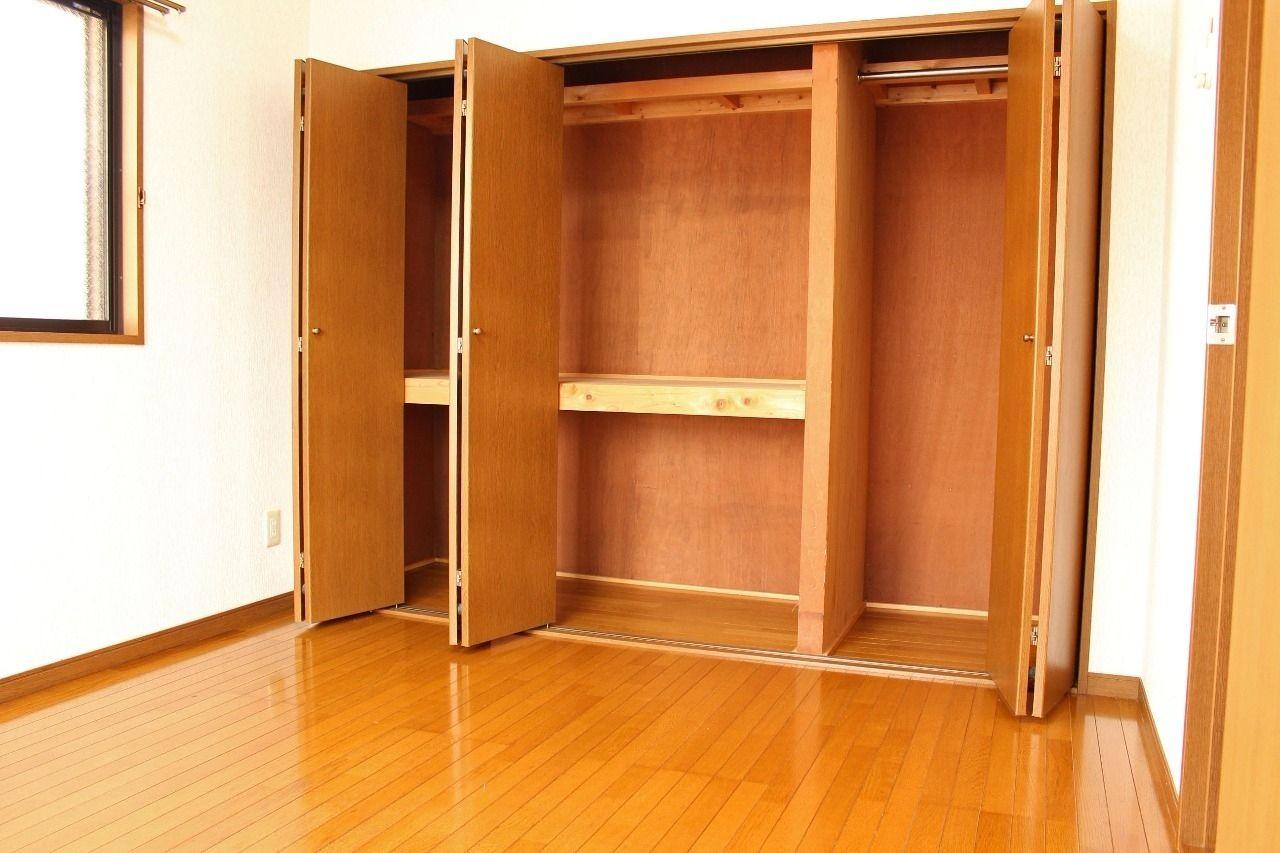 北側洋室と和室の収納は、壁一面の押入れとクローゼットになっています。