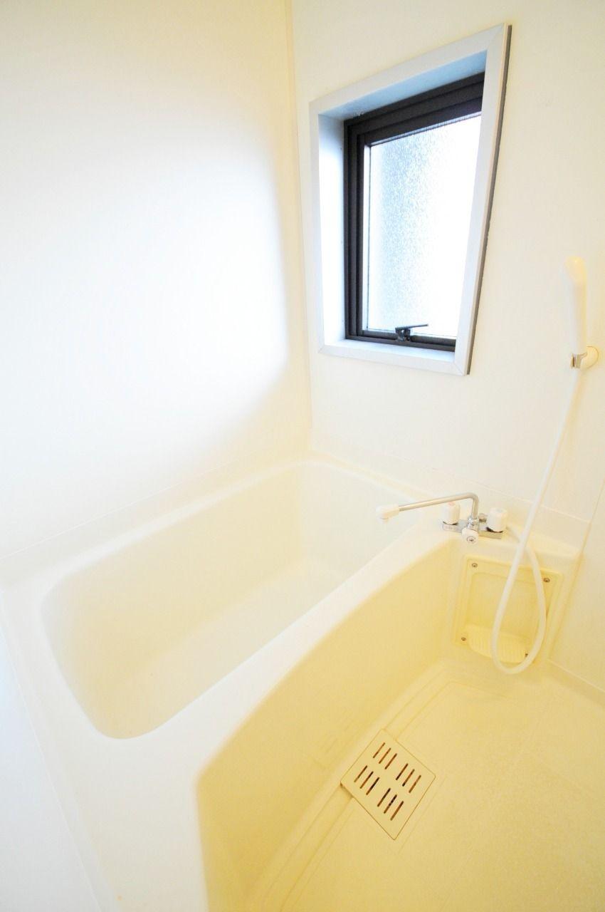 明るくてキレイなバスルームです。小窓が付いているので換気も良好!