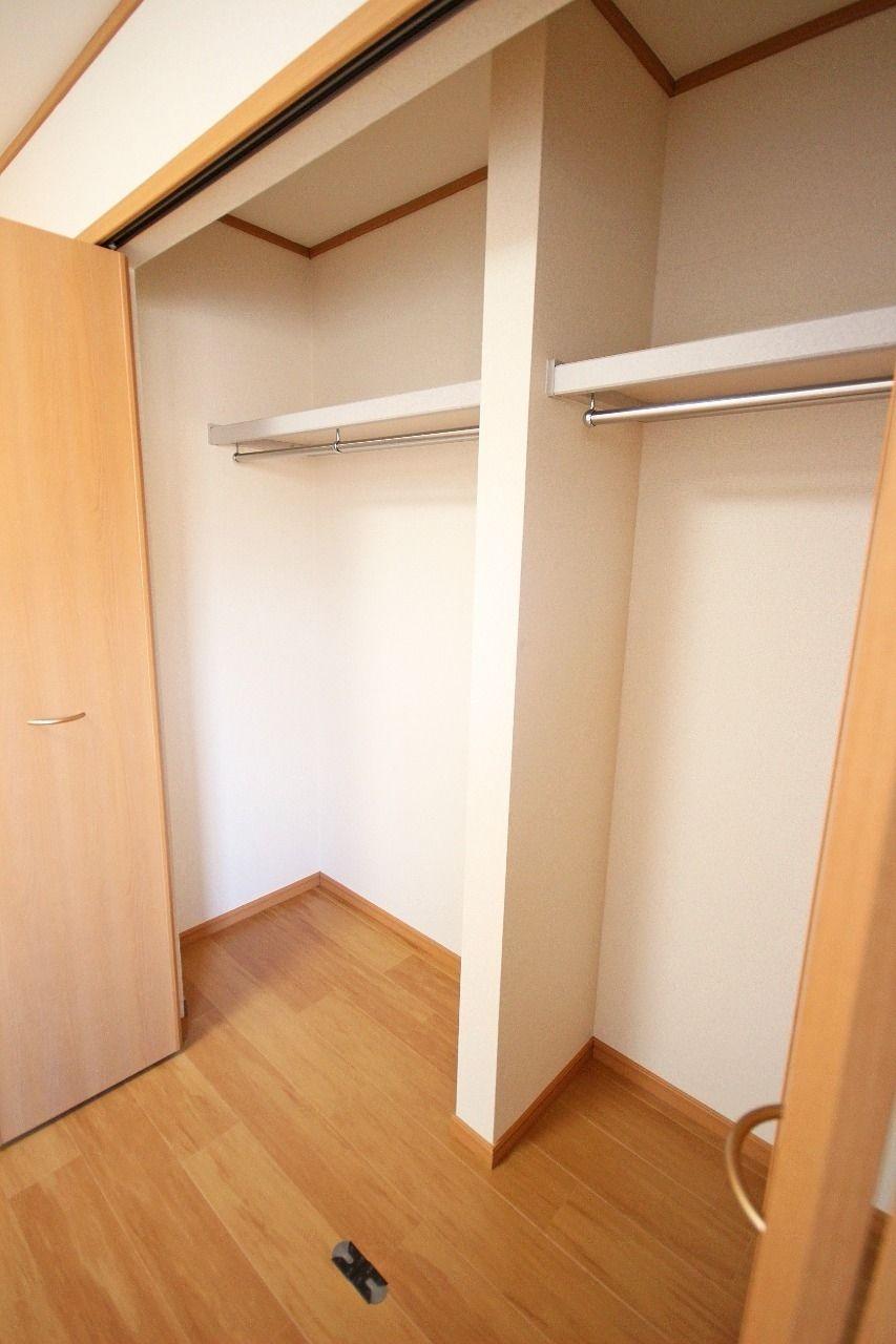 洋室には大きなクローゼット。たくさんの洋服を収納することができます。