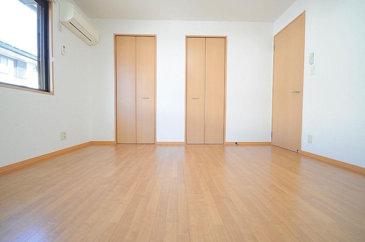 北側洋室にはウォークインクローゼットと収納があります。ウォークインだと衣類は片付くけど他の物がな~…という方にぴったり!そして、この部屋だけじゃなく、収納の多さが自慢の物件です!