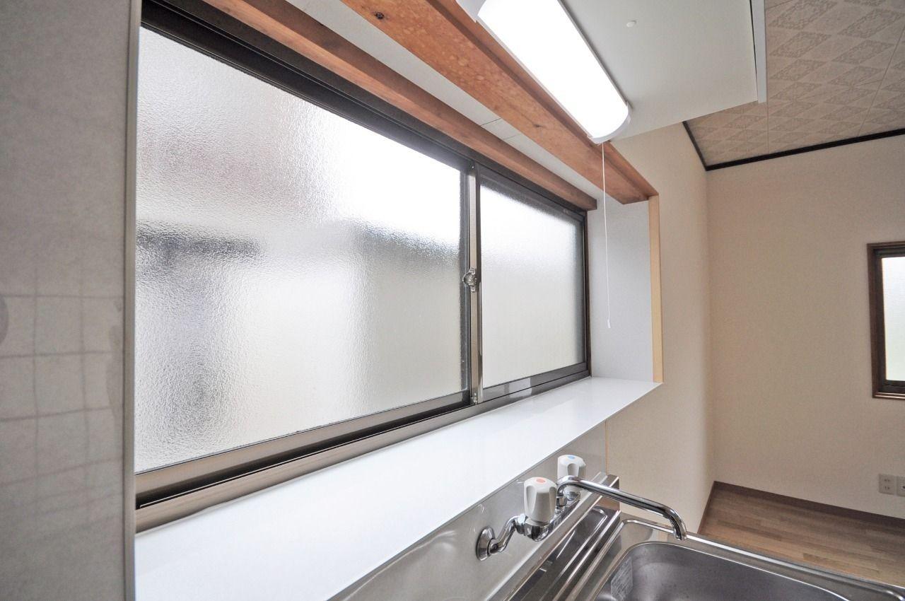 キッチンやお風呂にしっかり窓が付いてます。カビ対策だけでなく、少しでも換気扇を使わずに節約を!
