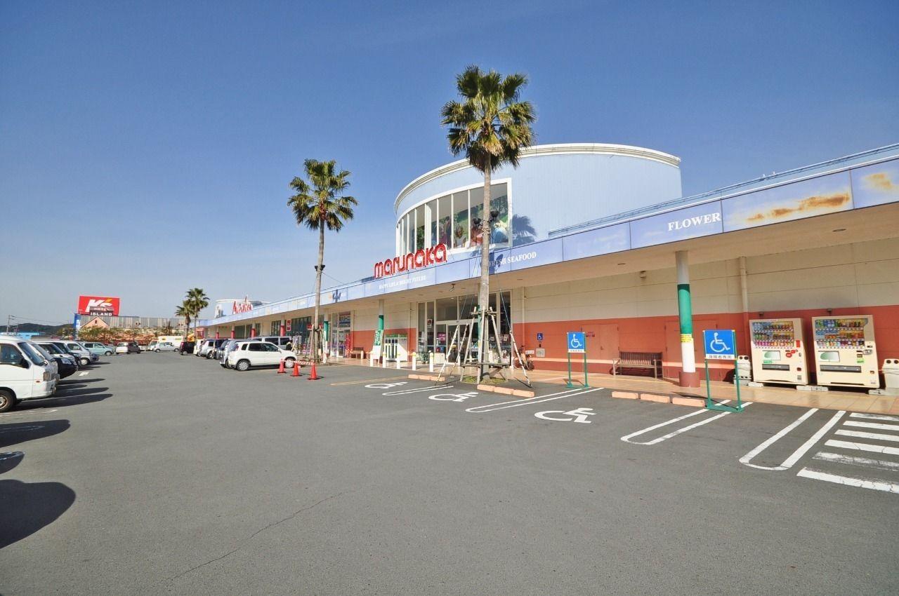 品揃え豊富な広い店内に、駐車場も広いです。徒歩10分の距離です。