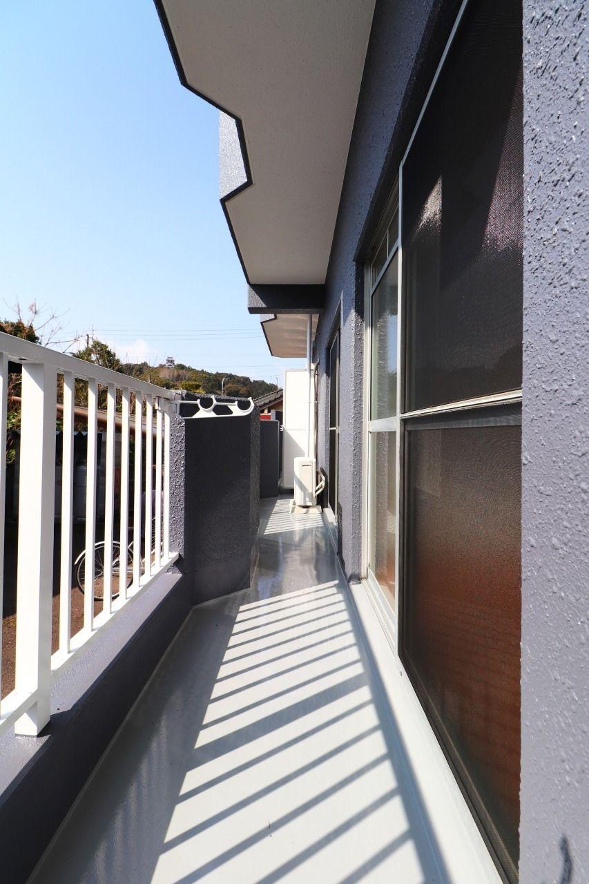 中部屋のバルコニーは角部屋に比べて広くなっています。洋室と和室、どちらからでもバルコニーへ出られます。