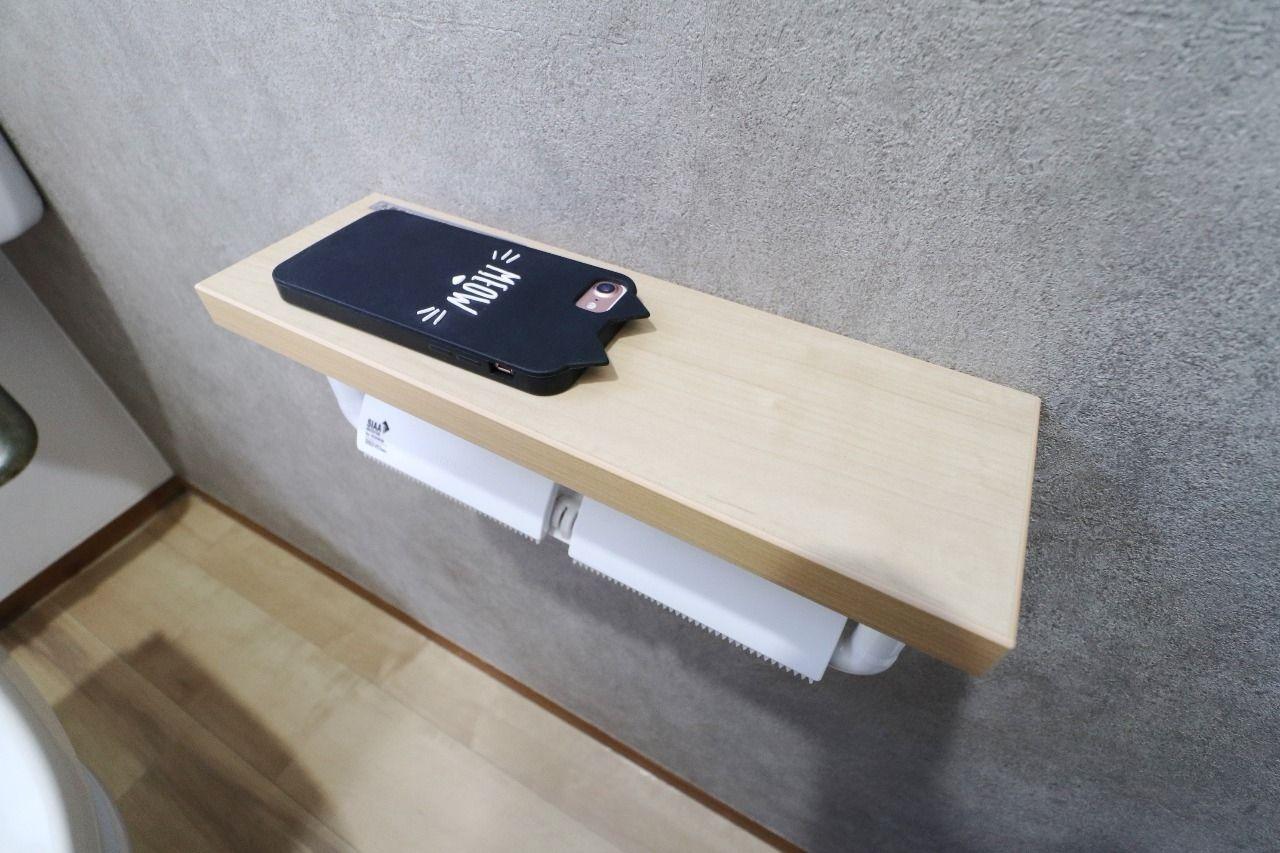 スマホをトイレに持ち込んでもここに置いておけば下に落とす心配がありません。2つトイレットペーパーを付けることができるのも良い!
