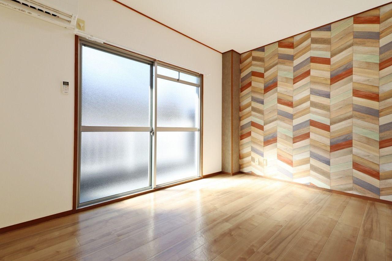 松本コーポの特徴の1つ。各お部屋1つ1つアクセントクロスに違いがあります。このアクセントクロスにはアンティークな家具が似合いそう。