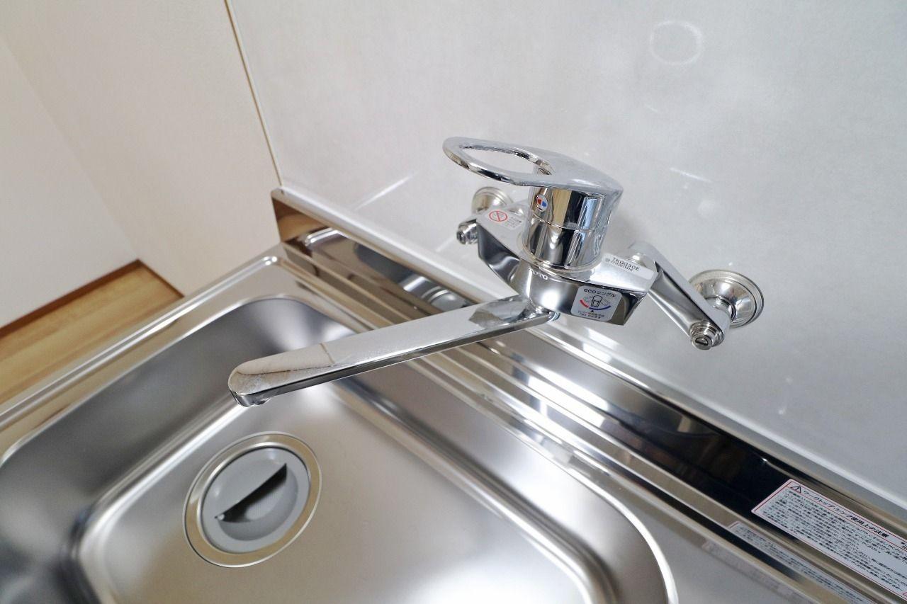 シングルレバー混合水栓の最大のメリットは「手軽さ」。レバーが1つなので、キッチンで料理や洗い物をする際などは非常に役に立つことでしょう。