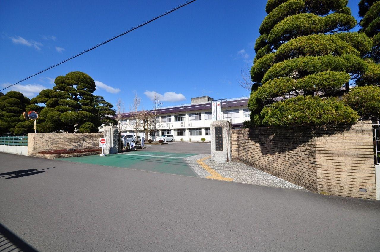 通称、中高・県中まで徒歩5分の距離です。学校とお家が近いと、お子様も喜んでくれるのではないでしょうか。保育園も小学校もすぐ近く!