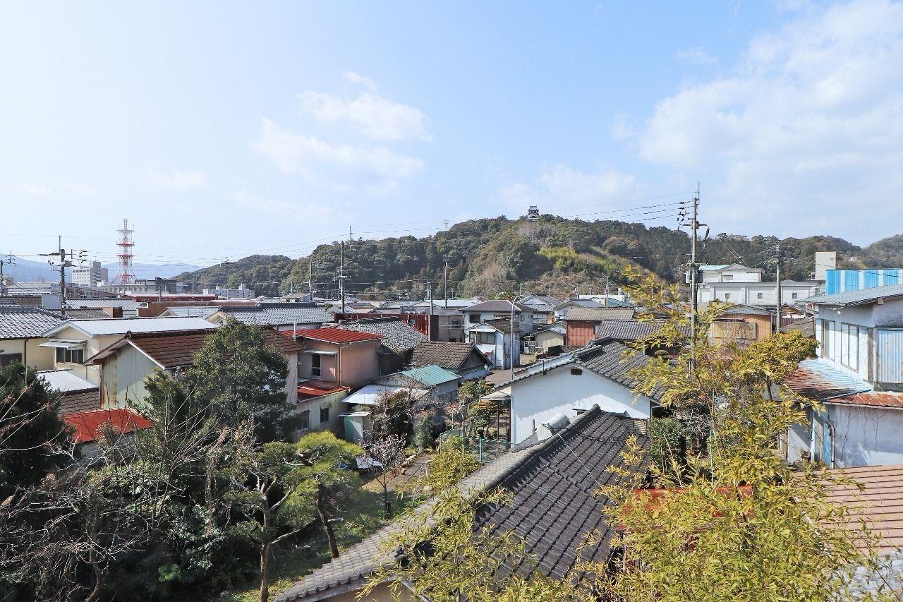 古い家の街並みが、なんだか懐かしい旧町内。中村城も眺められますよ。
