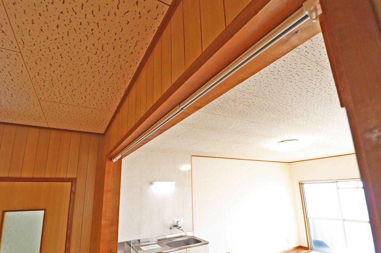 LDK入り口は仕切りがないですが、カーテンの取り付けが可能です。廊下・LDKを区別したい方。LDKのちょっとしたアクセントにも!