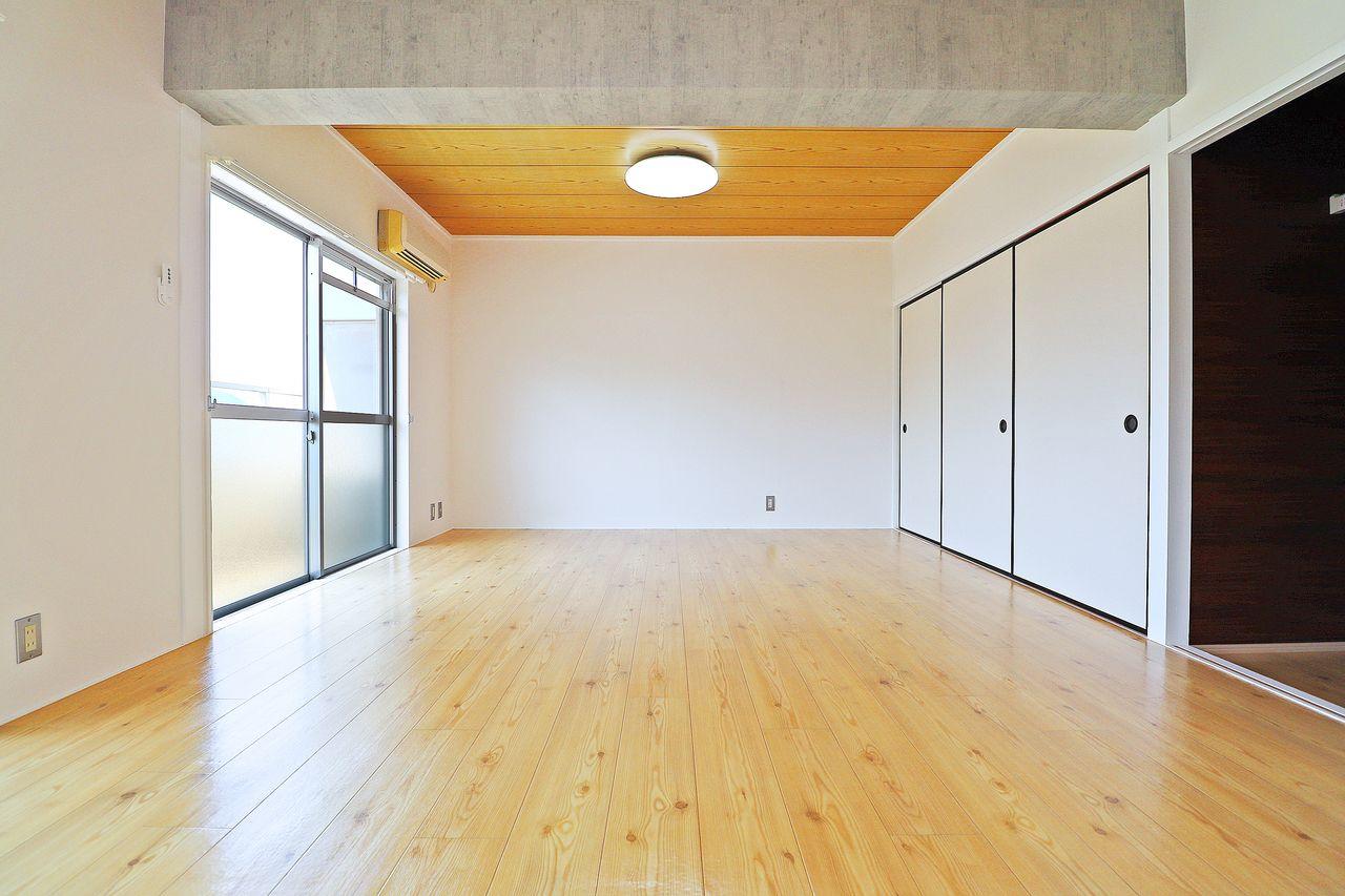 前回のリノベーションで和室2間を1つの洋室にしたお部屋。開放的かつ、自由度が高い空間となっております。